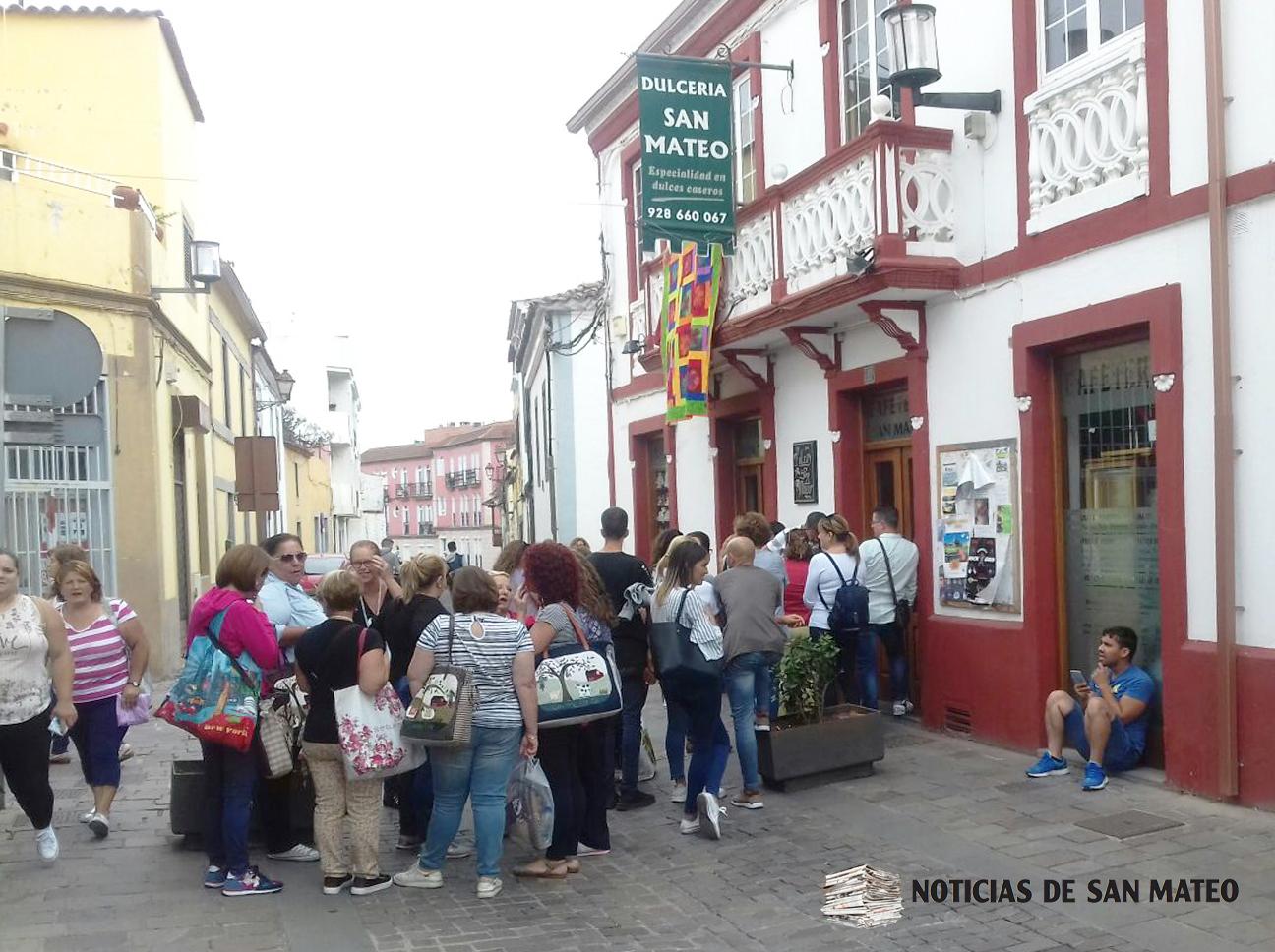 Cola para entrar en la dulceria de San Mateo Foto Laura Miranda Noticias de San Mateo