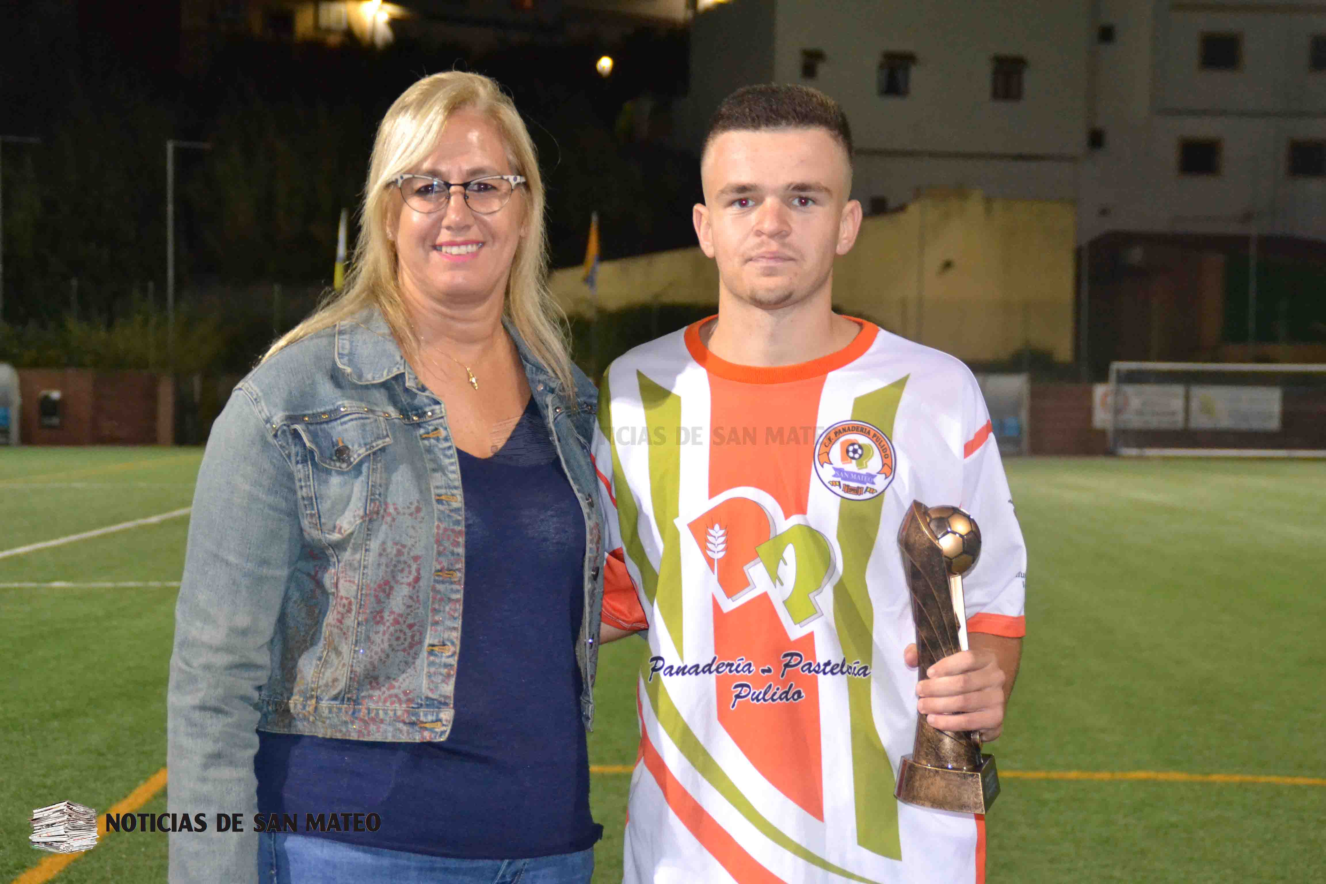 Sofia entregando premio al Pulido Triangular juvenil 5 sept 2018 Foto Laura Miranda Noticias de San Mateo