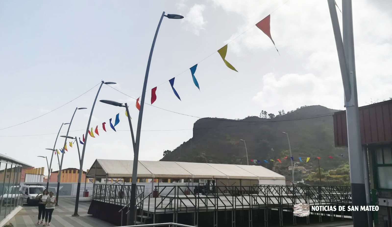 Montaje de escenario plaza del mercado Foto Noticias de San Mateo 12 septiembre 2018