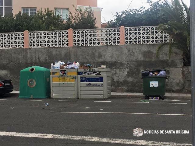 contenedores papel y carton llenos santa brigida vecina mirador de la villa nov 2018