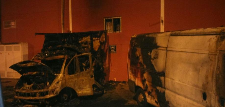 camiones quemados en la cantera
